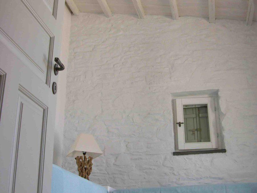 Ανακαίνιση τουριστικών κατοικιών στη Σκόπελο, πέτρινοι τοίχοι, ξύλινες οροφές, κτιστά κρεβάτια