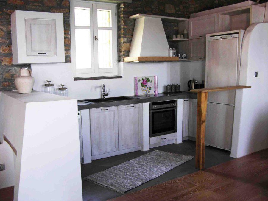 Ανακαίνιση τουριστικών κατοικιών στη Σκόπελο πέτρινοι τοίχοι, παραδοσιακή κουζίνα