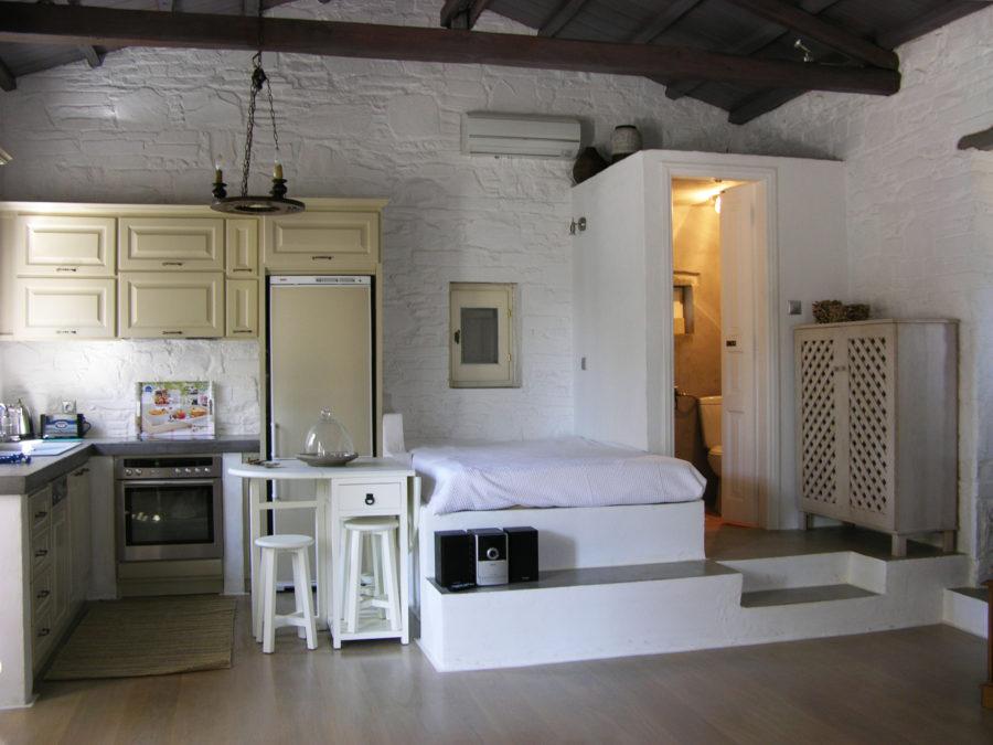 Ανακαίνιση τουριστικών κατοικιών στη Σκόπελο, πέτρινοι τοίχοι, κτιστοί καναπέδες, εμφανής ξύλινη στέγη 1