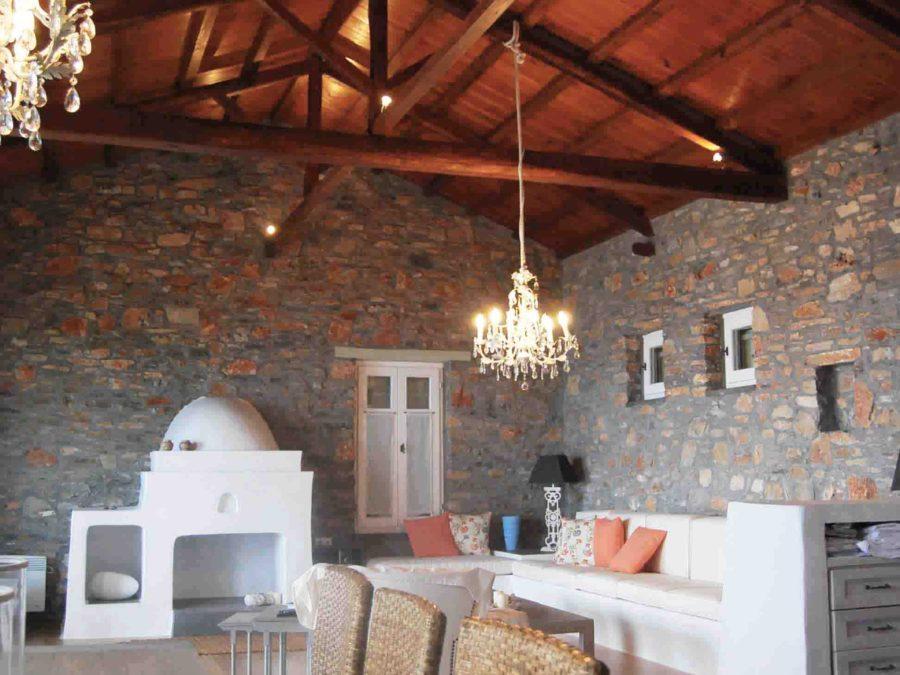 Ανακαίνιση τουριστικών κατοικιών στη Σκόπελο, πέτρινοι τοίχοι, κτιστοί καναπέδες, εμφανής ξύλινη στέγη
